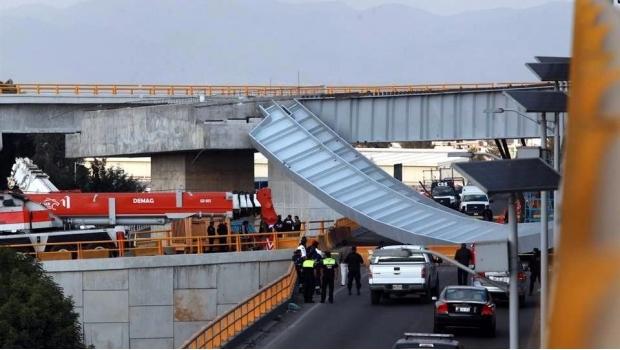 Muere motociclista al caerle puente vehicular de Toluca